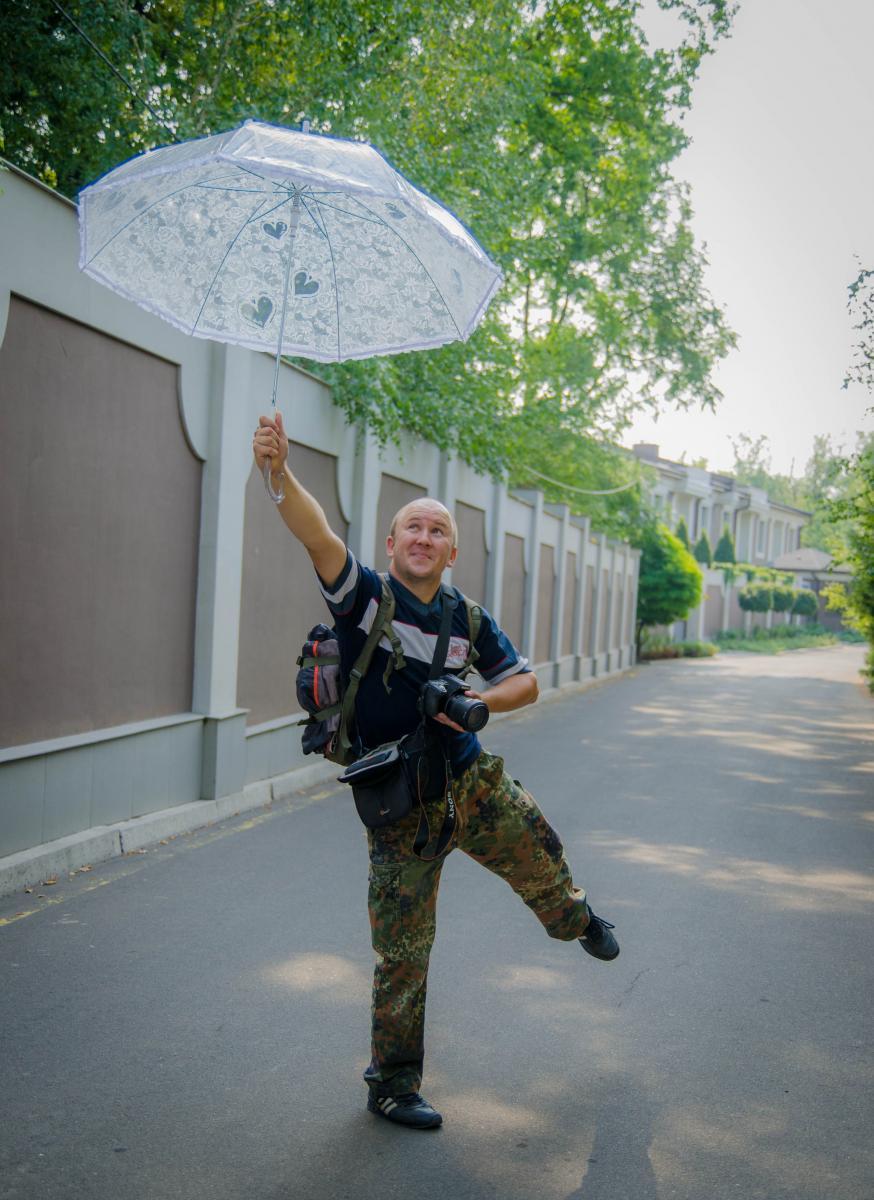 С шилом в опе,радугой в сердце,фотоаппаратом в руке и на лайбомобиле)))